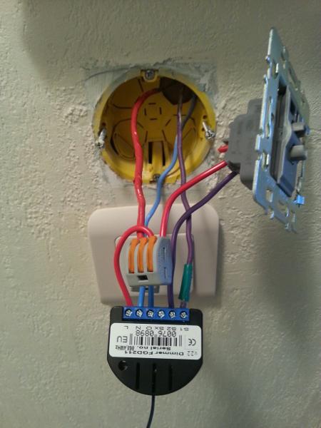 Branchement d'un micromodule FIBARO derrière l'interrupteur